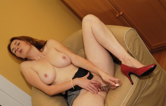 elli-nude-playing-with-her-big-glass-dildo