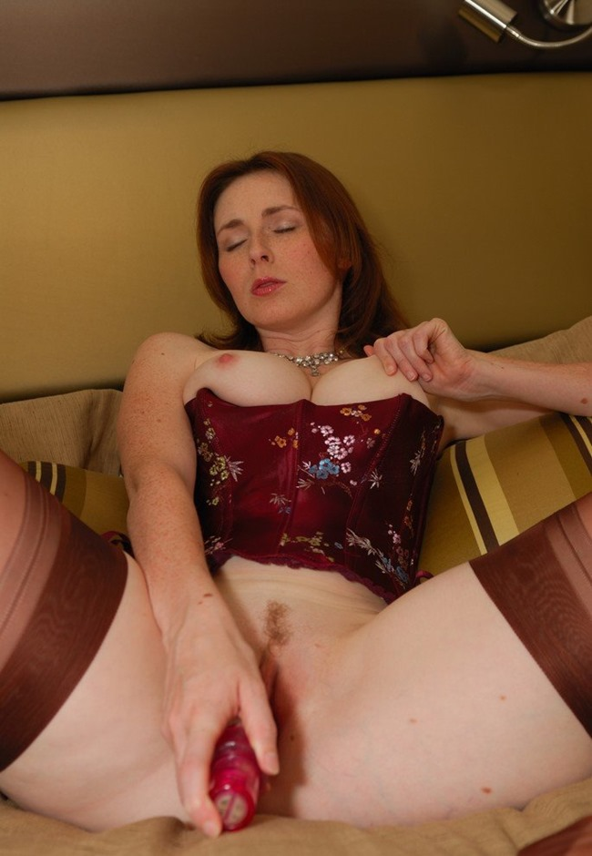 elli-nude-stuffing-my-stockings