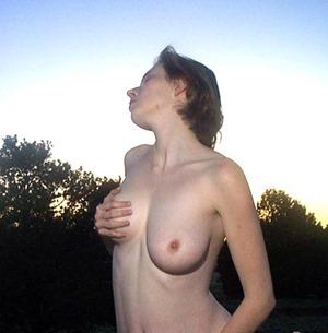 elli-nude-early-outdoor