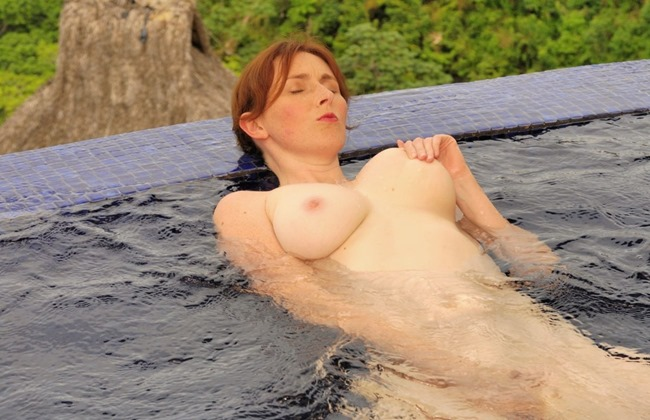 elli-nude-playing-with-herself-in-the-pool